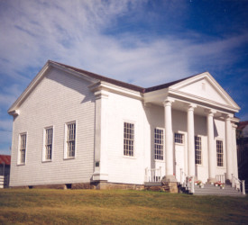 (English) Exterior of the Queens County Heritage – Court House Museum